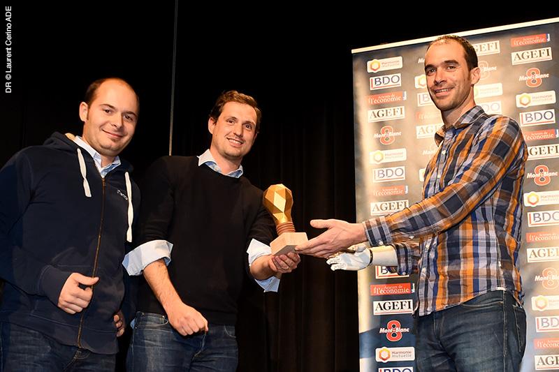 Les lauréats avec leur trophée Innowards (création : ampoule de la charte graphique retranscrite en 3D pour la remise des trophées de l'événement + BigWall)